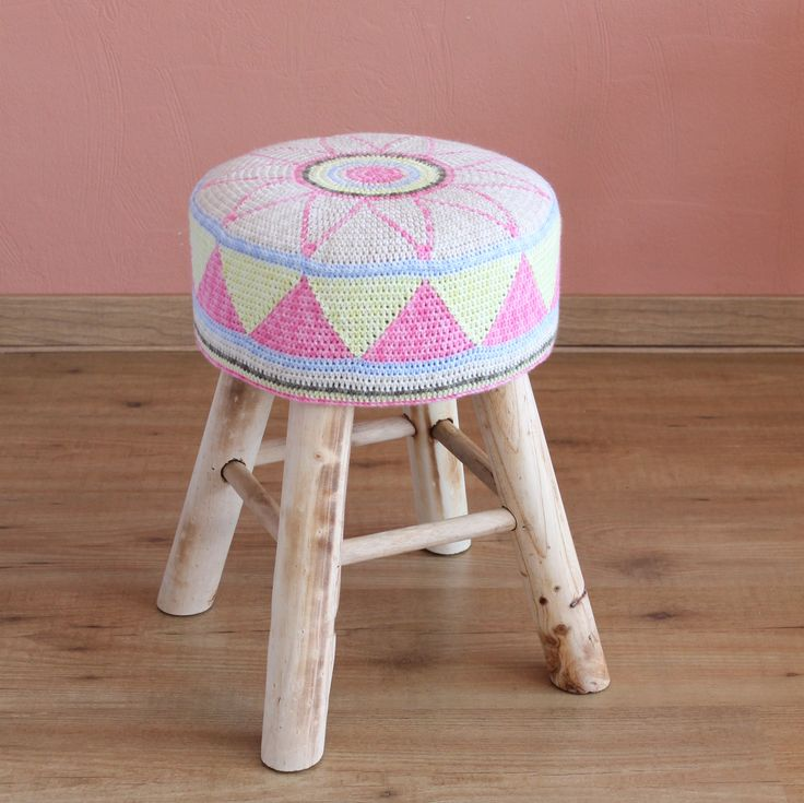 Egyptian Star Flower Stool Cover - free pattern @ missneriss - tapestry crochet