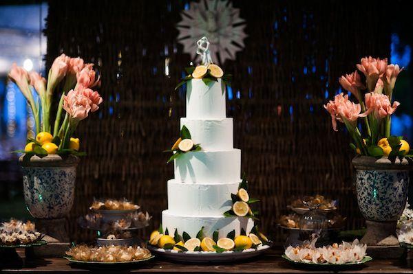 Bolo de casamento branco, com cinco andares e limões sicilianos. Fotos: Lifelines