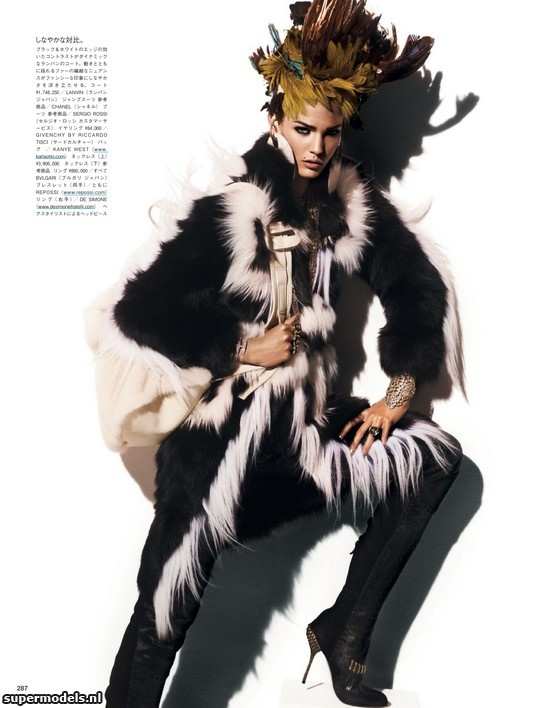 Kendra Spears in 'Fur Regal Reasons' - Photographed by Giampaolo Sgura (Vogue Japan December 2012)    Complete shoot after the click...