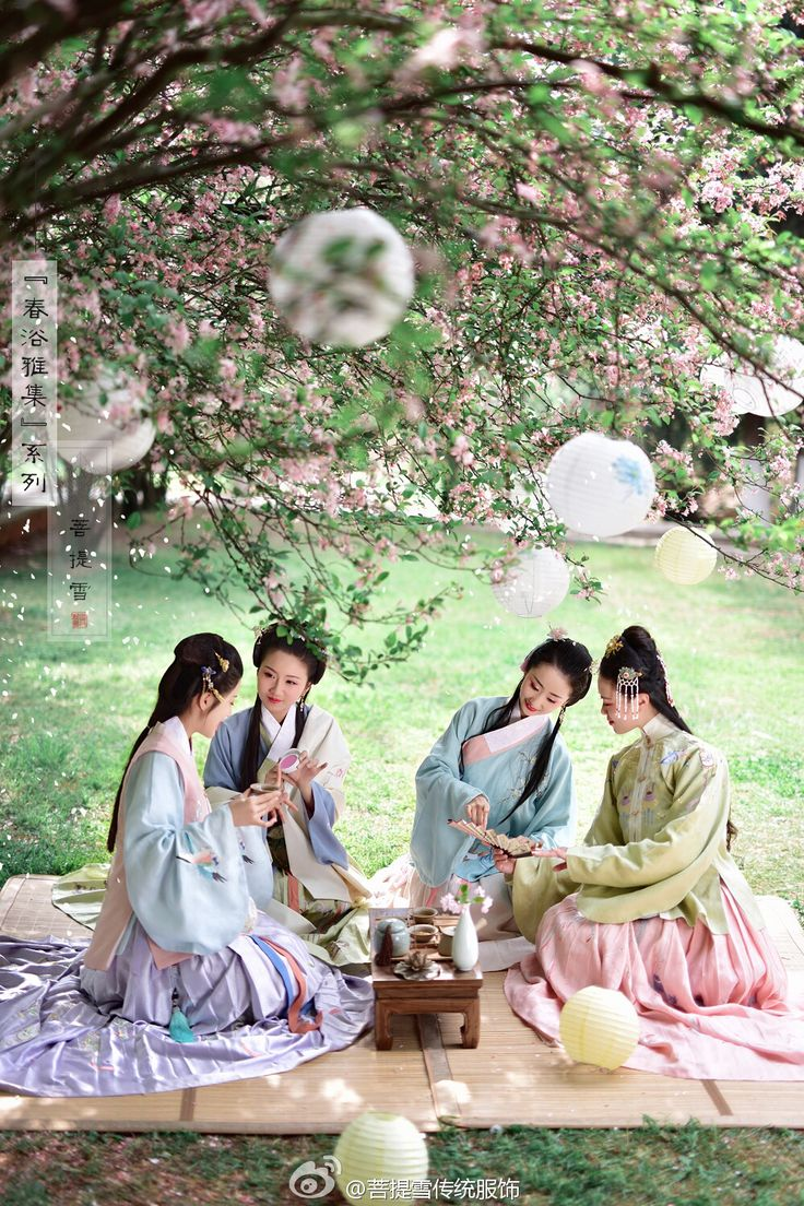 Four Chinese ladies in traditional Chinese clothing enjoying picnic in a spring garden (Source: 菩提雪传统服饰)
