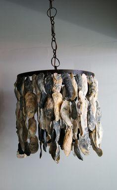 Kroonluchter/lamp van oesterschelpen. Stoer en natuurlijk.