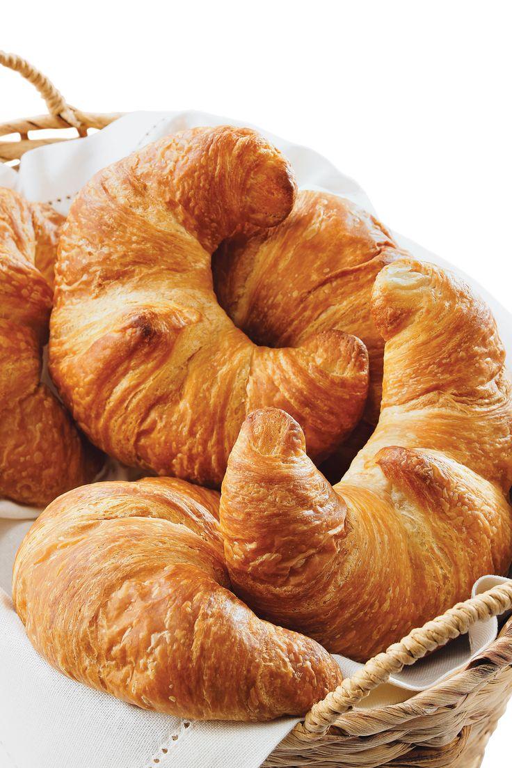 Ces croissants au beurre fondent littéralement dans la bouche et sont cuits quotidiennement dans nos Supercentres. #CroissantsFrais #CroissantsFrançais
