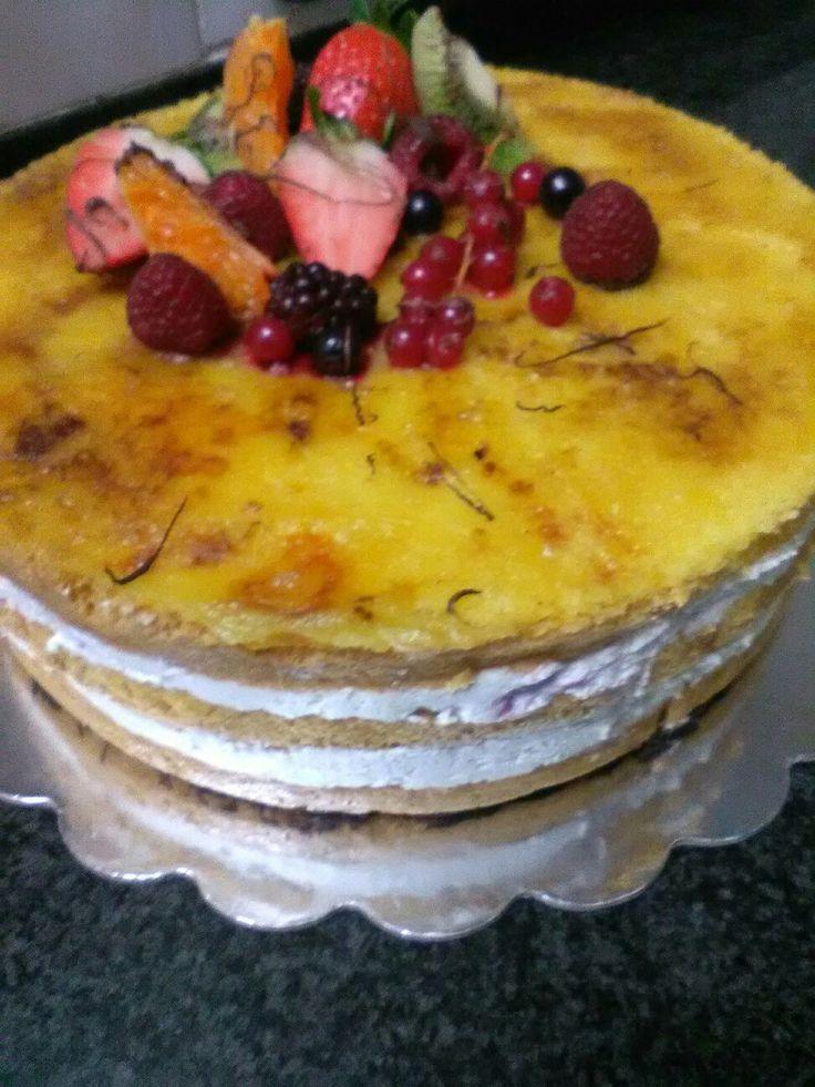 Es una tarta con una base  fina de chocolate otra capa de nata  y otra con nata y fresas troceadas