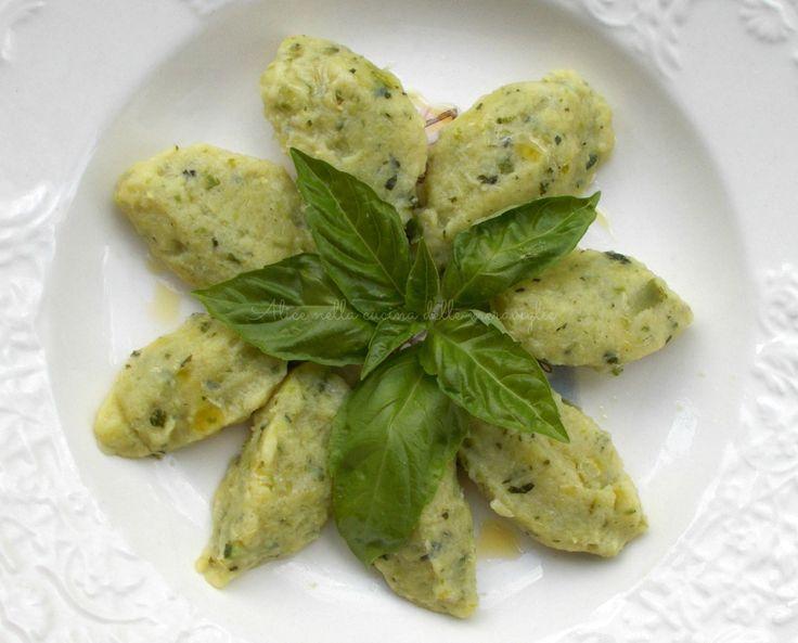 700 g zucchine 150 g farina 40 g grana grattugiato foglioline di basilico q.b. 1 uovo olio & sale q.b.