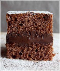 A süti tésztáját Horváth Ilona szakácskönyvében lévő kakaós lepénye ihlette. Anyuval nagyon sokszor sütöttük, (sütjük) ezt a tésztát;...