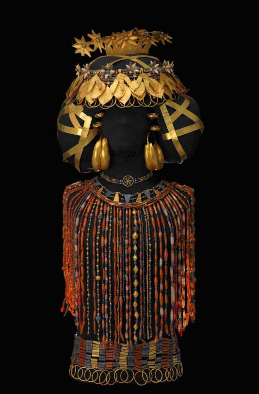 Puabi's headdress and cloak (2500–2300 BCE) (Ur, Tomb), gold, lapis lazuli, carnelian, and various stones (University of Pennsylvania Museum of Archeology and Anthropology, © Bruce White)