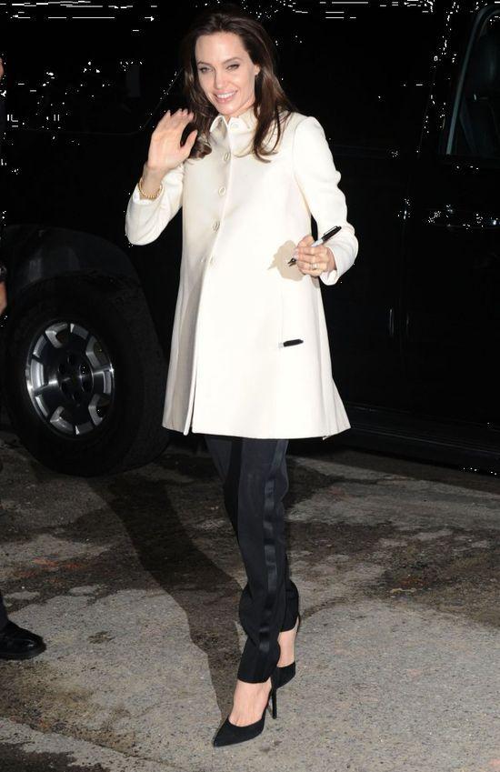 Angelina Jolie też kocha czarne szpilki.  Podobny model: http://www.intershoe.com.pl/szpilka-4510017d