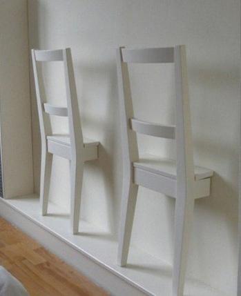 due sedie in camera per appendere gli abiti!