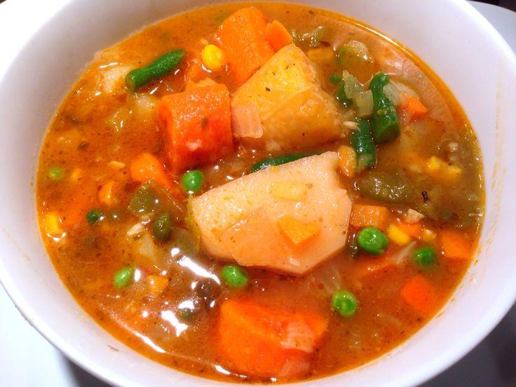 Caldo de viandas y vegetales: En estos días ya en algunos lugares hace mucho frío y un buen plato caliente de caldo hecho con viandas (papa, malanga, plátano macho, boniato y zanahoria) y vegetales mixtos (maíz, ejote/habichuelas y chicharos verdes) sirve para entrar en calor. La receta esta disponible en nuestro blog: www.veganlatino.com #caldo #viandas #vegetales #paraelfrio #paraentrarencalor #delicioso #receta #vegan #vegana