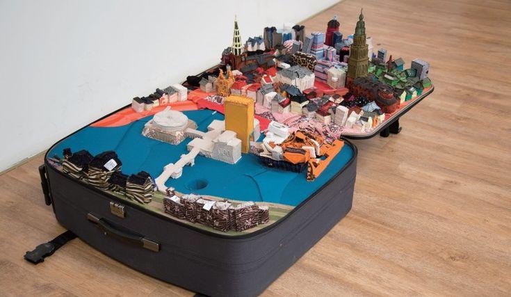 Des villes en vêtements dans des valises valise fringue valise 02 800x465