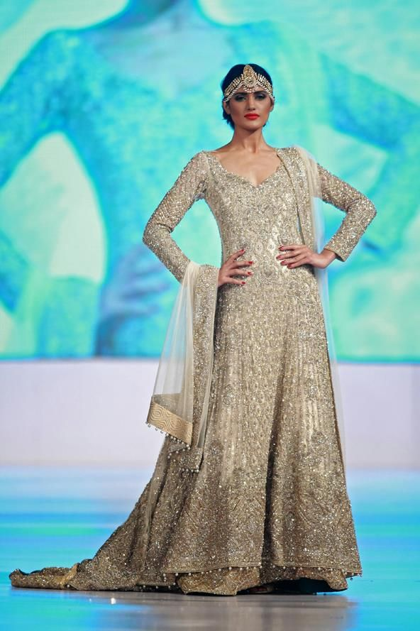 Nadia Ali spotted on the ramp for Faraz Manan Finale exhibition at the APTMA Show at the Governor House