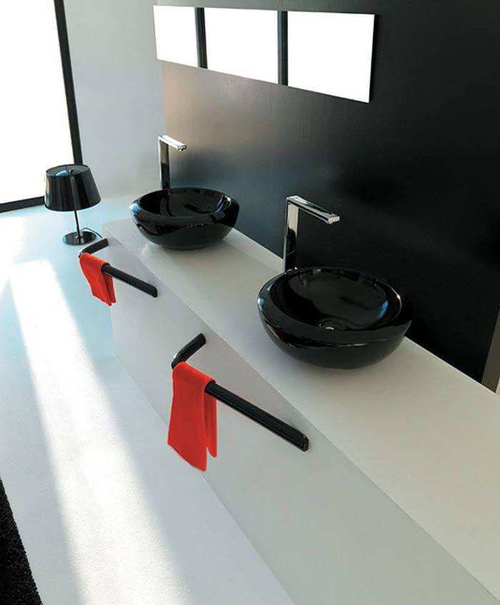 Badezimmergestaltung In Weiß Und Schwarz, Rote Handtücher, Runde Schwarze  Waschbecken