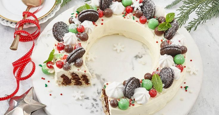Add the wow factor to your Christmas table with this easy choc ripple wreath. Assemble the day before with biscuits and cream – no cooking, no stress –then just decorate on the day.