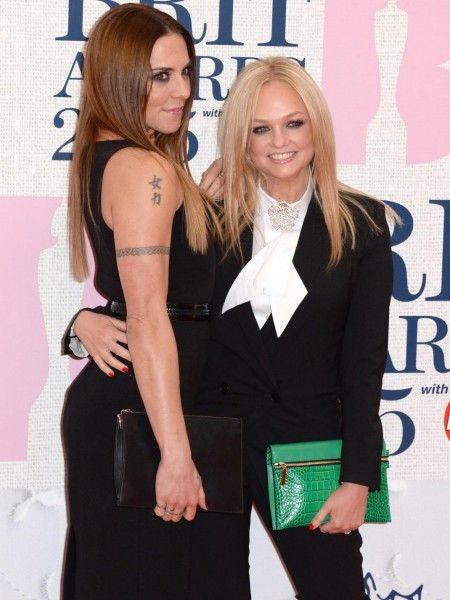Sur le tapis rouge des Brit Awards, hier soir, à Londres, les ados des années 90 ont assisté au retour des Spice Girls. Enfin presque. Mel C et Emma Bunton ont pris la pose ensemble, aux côtés d'autres stars de la musique, comme Taylor Swift, Sam Smith, Kanye West mais aussi de Cara Delevingne ou encore Karlie Kloss. Découvrez toutes les photos de la cérémonie et du tapis rouge. http://www.elle.fr/People/Tapis-rouge/Evenements/Le-retour-des-Spice-Girls-aux-Brit-Awards-2015
