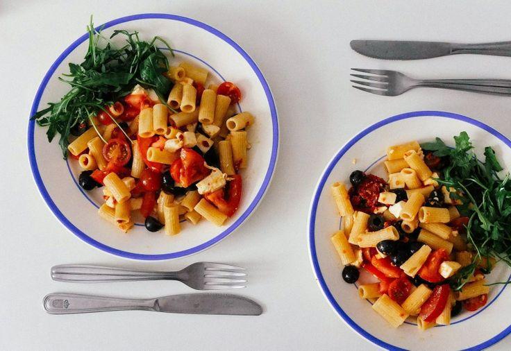 Салат с пастой.  Паста + фета + маслины + помидоры всех сортов (черри, обычные и вяленые) + руккола + [оливковое масло + соль + чеснок] Вдохновляйтесь, хозяюшки :) #food #salad #рецепты #еда #салат #рецепт #вкусно #kindcook
