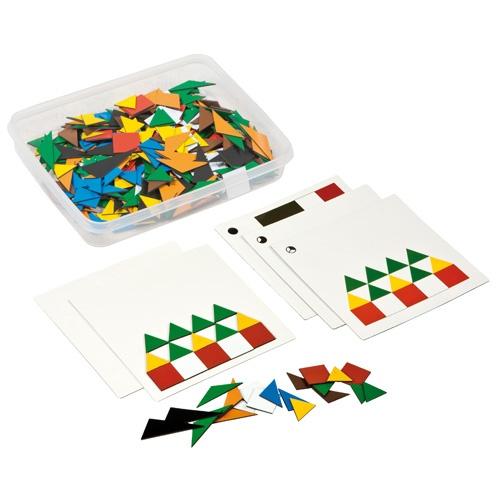 --- Mozaïekset Frobel magnetisch --- Kinderen ontwikkelen de kleur-en vormwaarneming door te spelen met de Fröbel mozaïekset. Doordat de set gemaakt is van magnetisch materiaal blijven de modellen mooi op de opdrachtkaarten liggen. De opdrachtkaarten kennen een opbouw in moeilijkheid. Inhoud: 9 kunststof opdrachtkaarten met 18 opdrachten, 1 blanco kunststof kaart en mozaïekstukjes (dubbelzijdig gekleurd). Formaat kunststof opbergdoos: 23 x 17,5 x 4,5 cm (l x b x h). 523 141