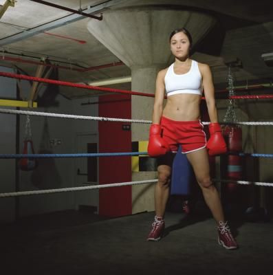 Most martial artists and boxers fight from an orthodox stance, meaning they use their right hand as their dominant hand. When an orthodox fighter squares off against a southpaw, who uses her left hand as her power hand, the orthodox fighter is often at a disadvantage because of the rarity of southpaw fighters. If you can comfortably fight from a southpaw stance, several punching combinations will help you defeat your opponent.