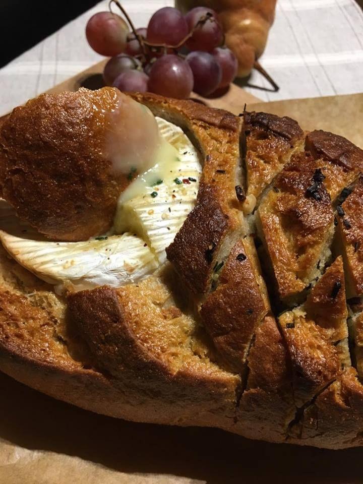 Hétköznaponként igazán ritkán főzök családomnak, időnként azonban ilyenkor is vágyunk egy meleg vacsorára. Erre remek ötlet a házi vekniben fél óra alatt olvadtra átsütött camembert sajt. Különféle fűszeres vajakkal lehet meglocsolni a kenyeret, amitől csodás illata, szaftos belseje lesz.A…