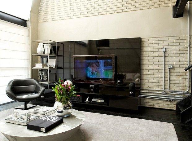 Sala de TV com mesa de centro Zago, da Érea, tapete Santa Mônica e poltrona Soho, da Firmacasa (Foto: Divulgação)