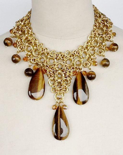 Collar en chainmail de bronce, ojo de tigre y cristales. www.clovisdesignjoyas.com