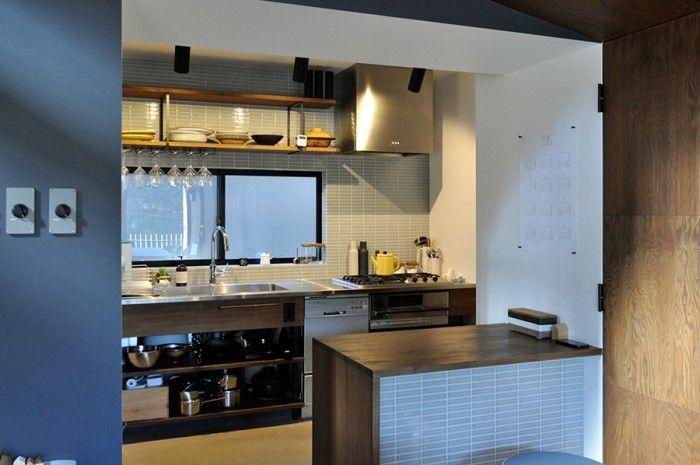 木、ステンレス、タイルのコンビネーションが素敵なキッチン。手前のカウンターは、パン作りの仕事をされている夫妻がパンをこねたり、またちょっとお酒を飲んだりするときにも使うという。