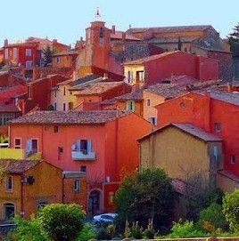 Roussillon, Vaucluse, France. Roussillon, un des Plus Beaux Villages de France, vous invite au dépaysement total avec ses magnifiques falaises et ses impressionnantes carrières d'ocre. Les couleurs se déclinent au milieu des pinèdes et sur les façades des maisons: le village est situé au cœur du plus important gisement ocrier du monde. Le sentier des ocres vous en mettra plein la vue avec ses splendides paysages colorés.