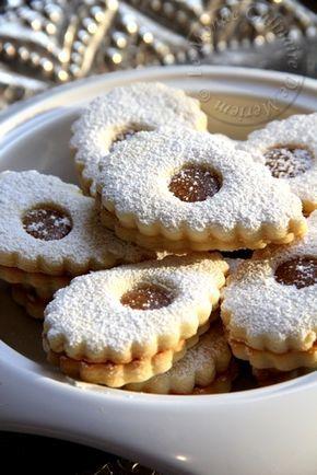 Salem alaykoum, bonjour a tous; Voici ma recette de sablés très fondants, revisitée, à la place de la confiture je mets du caramel au beurre sale, la recette me vient du blog de Sabrina , la brillante candidate au titre du meilleur pâtissier sur M6 (la...