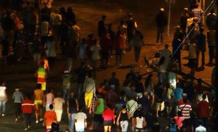 Aumentan protestas en Gaurenas por perniles navideños -  Por segunda jornada consecutiva se suscitaron fuertes protestas en varios sectores de Guarenas, en el estado Miranda, ante el incumplimiento en la entrega de cajas de los Clap y perniles que prometieron el Gobierno central y las autoridades locales. Los vecinos molestos salieron también la ... - https://notiespartano.com/2017/12/22/aumentan-protestas-gaurenas-perniles-navidenos/