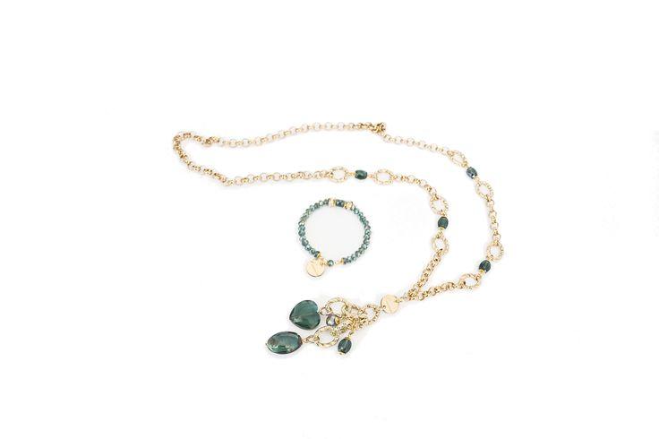 Collana in metallo dorato e cristalli verde semraldo, bracciale in cristalli