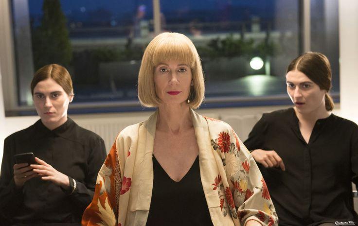 Constantin Film Verleih / Marc Reimann  Mit Merlins Chefin (Megan Gay, Mitte) ist nicht zu spaßen.