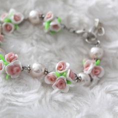 Bracelet fleuri de fleurs rose et blanche et perles
