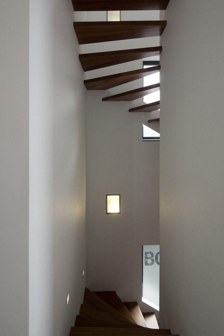 Slank trappenhuis in Villa Ypenburg III. Ontwerp door BBVH Architecture