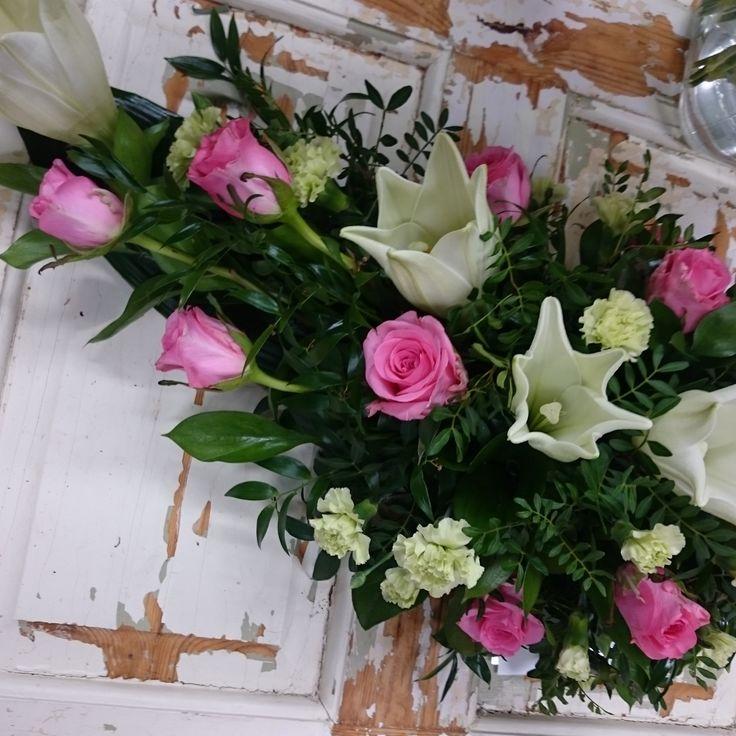 Funeral flowers made with white lilies and pink roses. Surulaite valkoliljasta ja vaaleanpunaisista ruusuista.