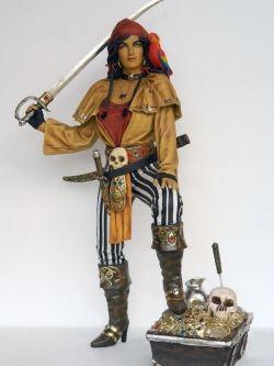 Lady Pirate life size with Treasurebox/Vrouwelijke piraat staand op een schatkist