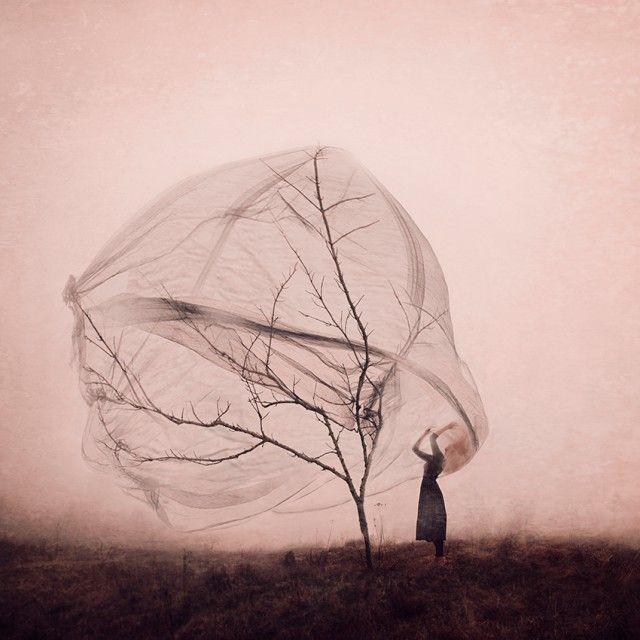 Концептуальные автопортреты от фотографа с фантастическим воображением. Упиваясь непрожитыми воспоминаниями, эстонский фотограф Килли Спарре создаёт концептуальные фотографии, которые похожи на сцены, извлечённые из мрачных сказок.