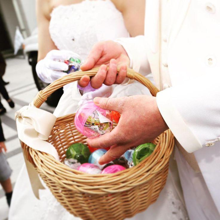 アラサー婚で人気!既婚・独身関係なく皆で楽しめるブーケトスの代わりの演出は? | marry[マリー]