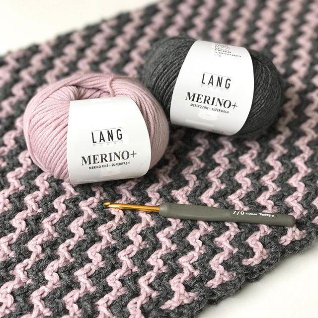 """Sandra is toch wel onze """"interlocking queen""""! In een week een prachtige shawl gehaakt met de mooiste merino.#teamechtstudio #haakjufsandra#langyarns #langyarnsmerino+#echtstudio #interlocking #tulip#haken#crochet"""