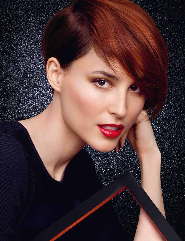 Ultra-lisseCe side hair, version mini, se porte sur des cheveux tr�s lisses, pour un effet ��m�che�� encore plus prononc�.