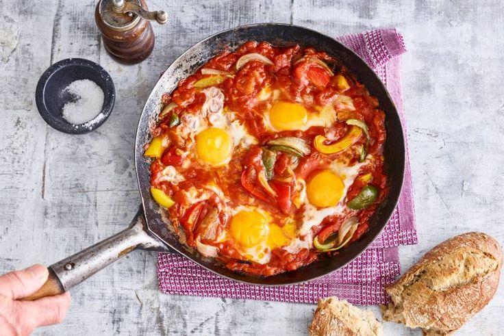 Shak-wat? Shakshuka kun je het beste uitleggen als eieren in pittige tomatensaus en extra lekker met brood - Recept - Allerhande