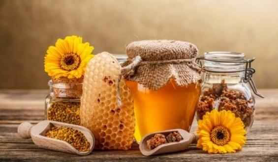 Αν όλες οι προσπάθειές σας για απώλεια βάρους έχουν πέσει στο κενό, πριν απελπιστείτε τελείως και τα παρατήσετε, δοκιμάστε τη μέθοδο αδυνατίσματος με μέλι. Το μόνο που θα πρέπει να κάνετε, είναι να συνδυάσετε σε ρόφημα το μέλι με κανέλα και λεμόνι. Σύμφωνα