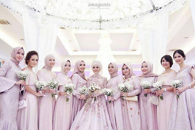 Lovely Indonesian bride @fairuzsakinah and her besties ♥ Congratulations! ♥ Photo by @imagenic via @tiararahmaaa ♥ . . . #pengantin #pengantinmuslim #pengantinmuslimah #akadnikah #resepsi #weddingku #weddingstory #hijabbride #bridesmaids #pinkdress #muslimbridesmaids #indonesianwedding #pernikahan #nikah #nikaah #hijabi #hijabqueen #hijabbride #muslimwedding #muslimweddingideas