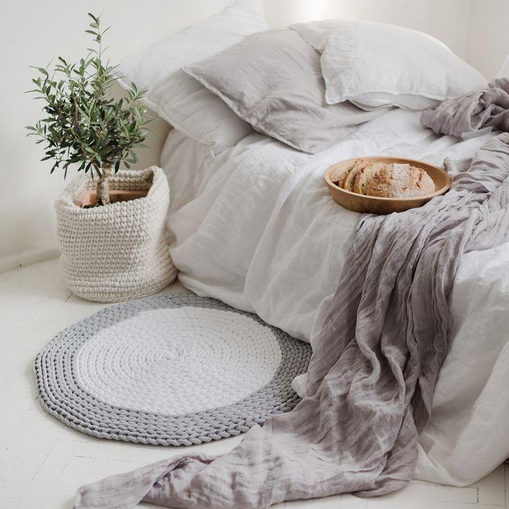 Ręcznie wykonany na szydełku okrągły dywan z bawełnianego sznurka #carpet #crochet #handemade #homedecor #scandi #naszydełku #dywan #rękodzieło #sznurkowy #sznurek #przytulnewnętrze #szydełkowanie #szary #bedroom #sypialnia