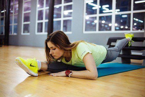 Подписывайся на страничку https://plus.google.com/105901978456480766638/posts и узнаешь еще больше  ОСОБОЕ ВНИМАНИЕ РАСТЯЖКЕ  При тренировках нужно уделять особое внимание упражнениям на растяжку, так как при этом не только разминаются мышцы и сухожилия, суставы и связки, но и ощущается прилив сил. При выполнении, указанных ниже упражнений, нельзя забывать о правильном дыхании, оно должно быть ровным и безмятежным. Желательно растяжку выполнять без порывистых и стремительных движений – это…