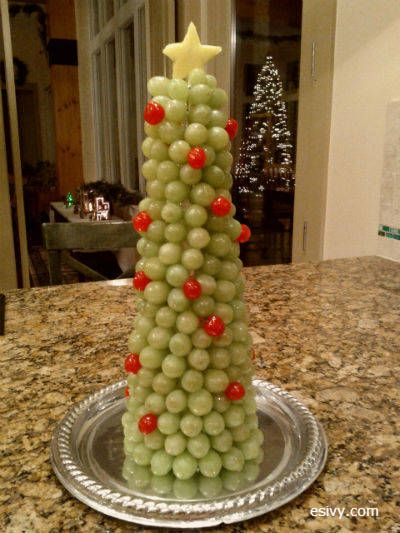 Grape Christmas tree - fun fruit for a class party. Instructions on esivy.com