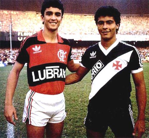 Romário pelo Vasco e Bebeto pelo Flamengo em clássico de 1986. Ambos estavam em começo de carreira e formariam o ataque titular do Brasil na Copa de 94. Também vestiriam a camisa do rival futuramente.