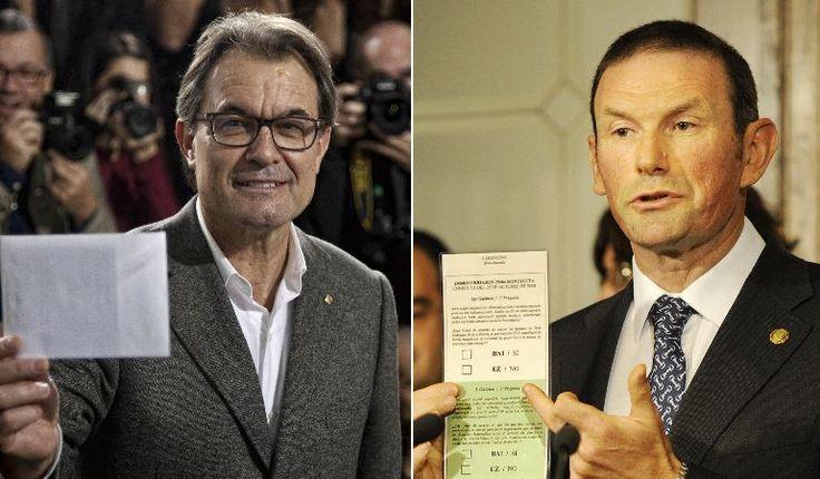 A la izquierda, Artur Mas vota en la consulta catalana del 9 de noviembre de 2014 en Barcelona; a la derecha, Juan José Ibarretxe muestra una papeleta de ejemplo de la consulta vasca que nunca se celebró, el 28 de mayo de 2008 en Vitoria.