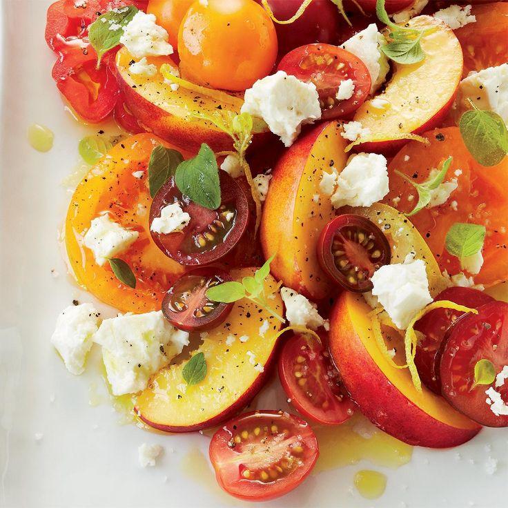 Le mariage tomates et nectarines peut sembler surprenant de prime abord, mais comme les deux sont à leur summum en même temps, le résultat est tout à fait exquis.