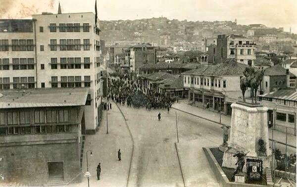 Eski Karaoğlan yeni Anafartalar caddesi solda Sümerbank sağda Atatürk heykeli İlk yerinde