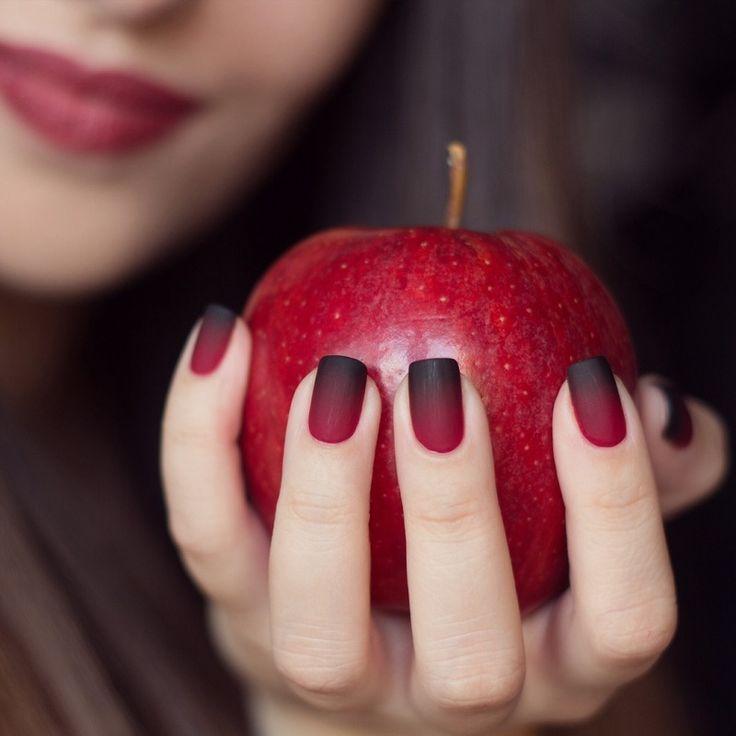 C'est un très belle nail art dégradé de noir jusqu'à rouge pâle. On démontre très bien le dégradé par la pomme ce qui est tres cuute et original: