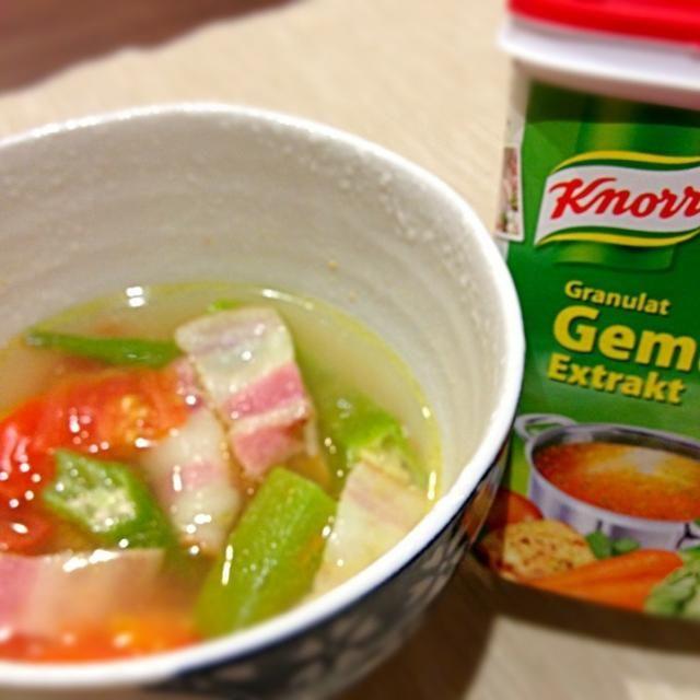 うちの顆粒スープはスイスで買ったクノールの野菜ブイヨンです。が、出汁はなんでもいいと思います。 - 2件のもぐもぐ - オクラとトマトのスープ by namiyumi